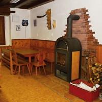 Chata Seleška (společenská místnost s krbem)