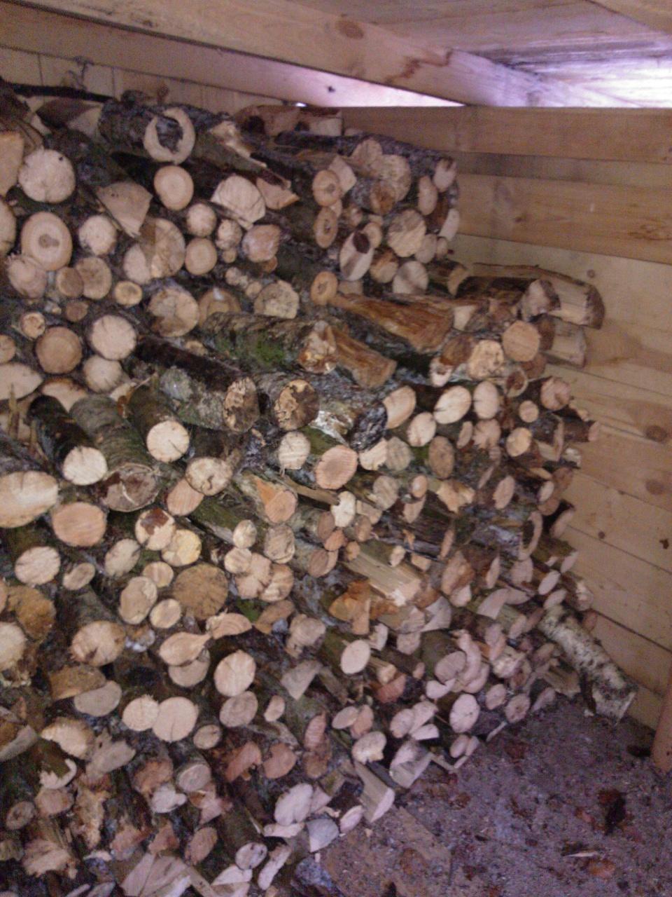 Zásoba dřeva v dřevníku