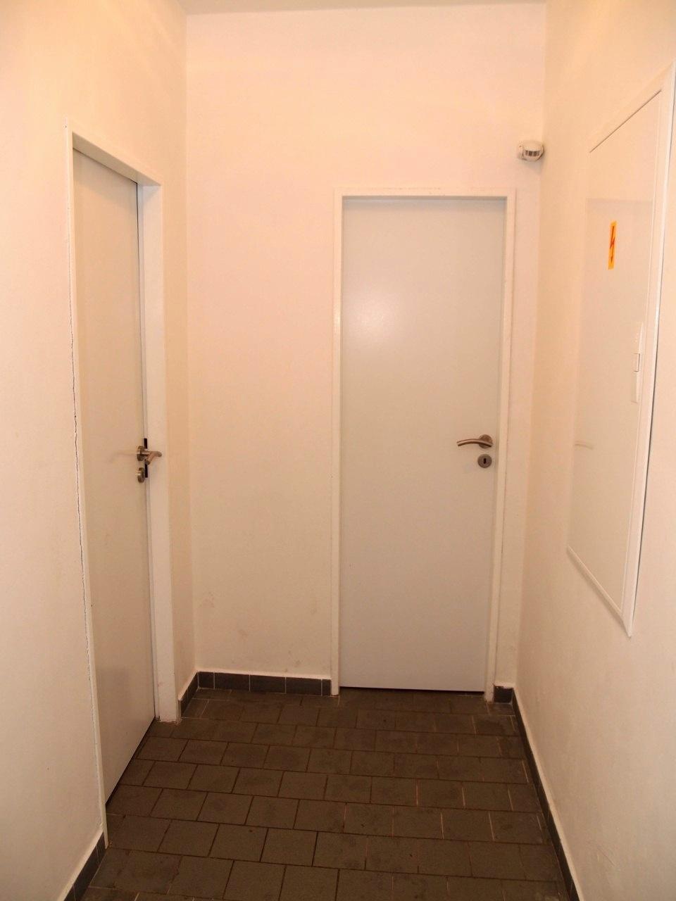 Chodba ke koupelnám a úklidové místnosti