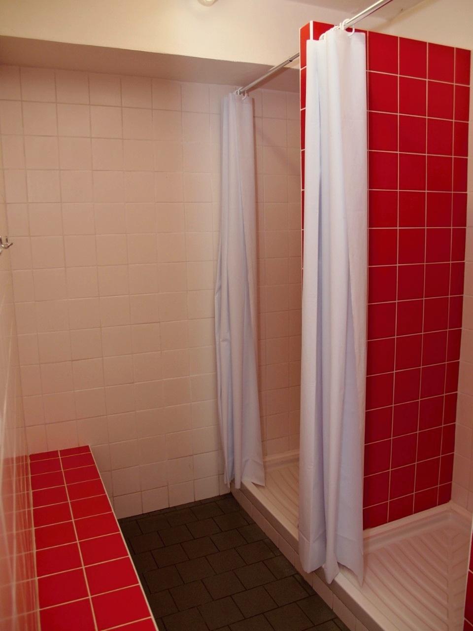 Sprchy a odkládací prostor (dívky)