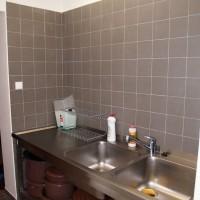 Mytí nádobí - dřez v chodbě