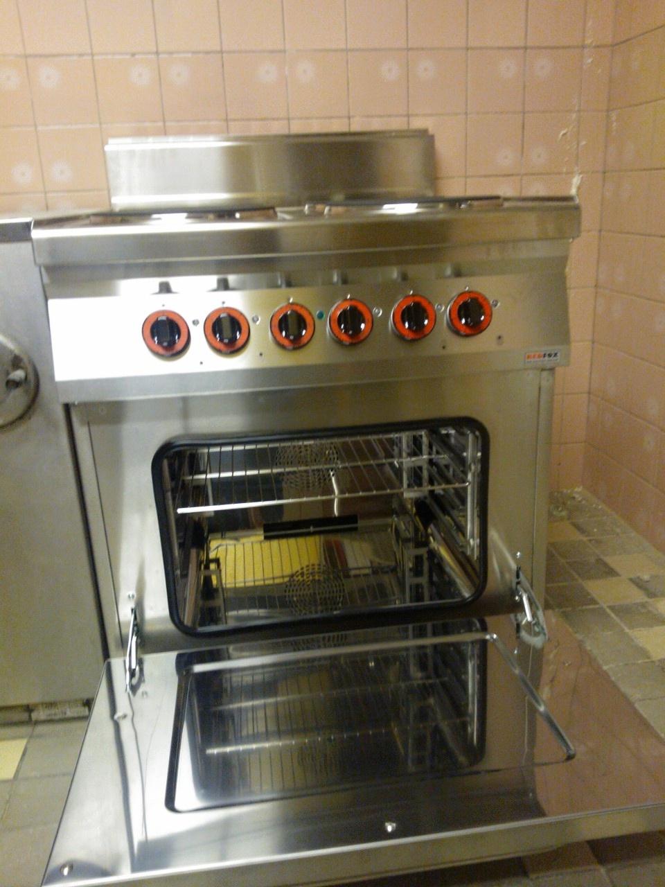 Kuchyň a velký sporák s troubou na pečení