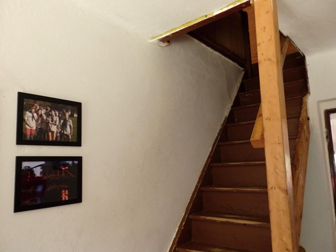 Prostory chaty - chodba a schodiště na půdu