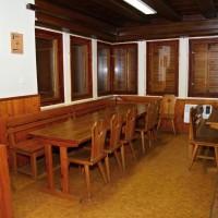 Prostory chaty - společenská místnost / klubovna u krbu
