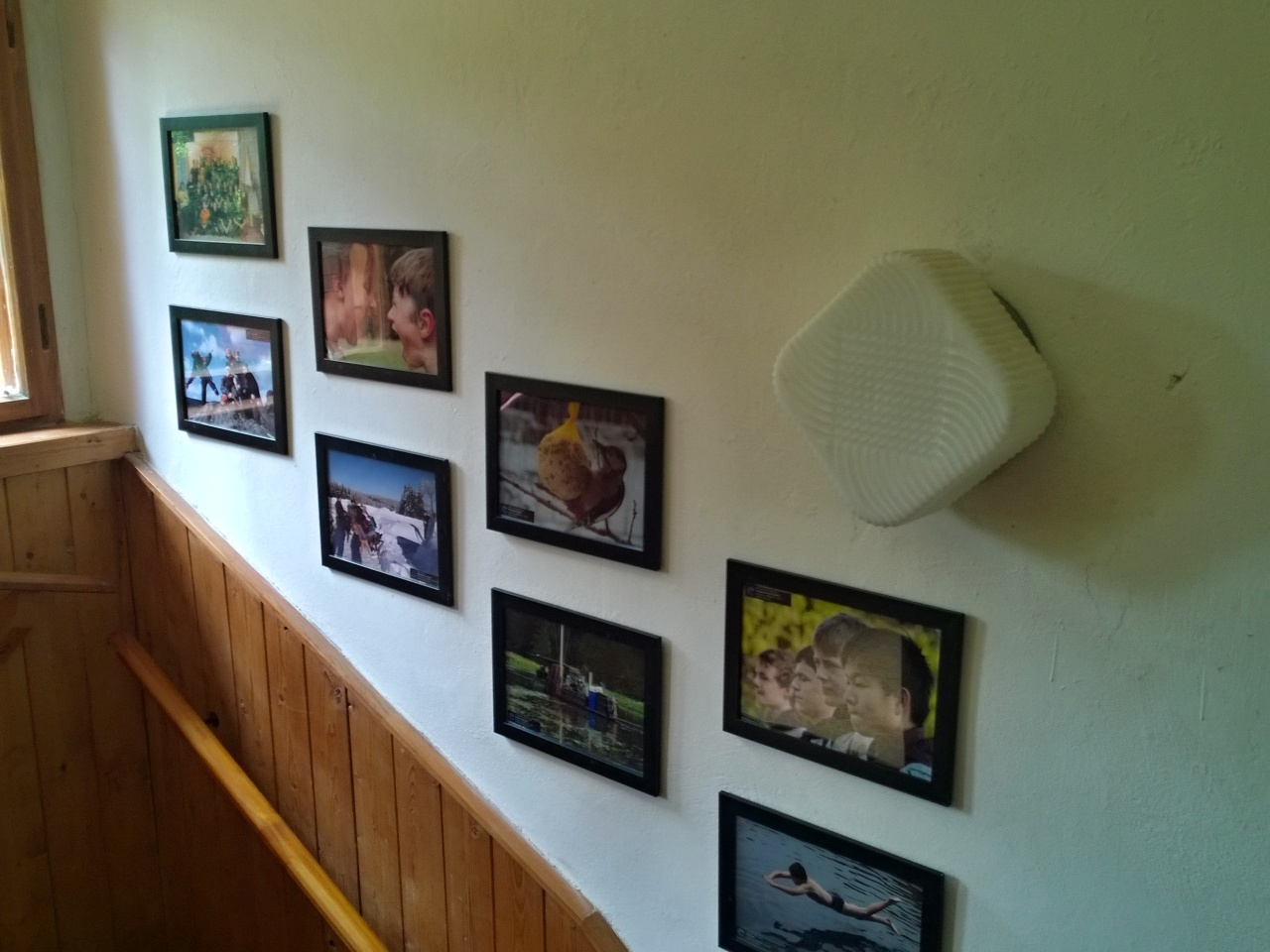 Prostory chaty - chodba a schodiště s obrázky